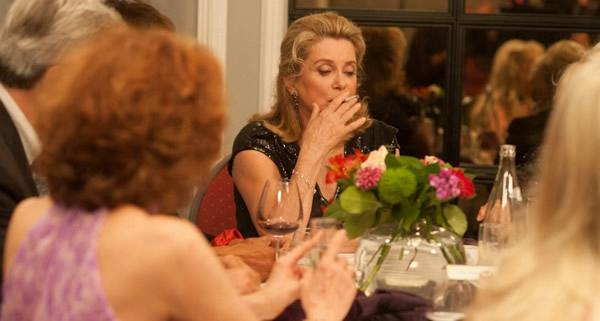 女神於片中扮演风韵犹存的餐厅老板娘