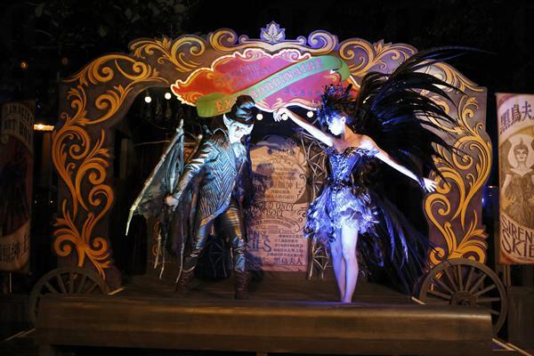 大家進入樂園時會獲派「好玩‧唔好叫」闖關手冊,帶您玩遍佈樂園七大主題園區的黑點:探險世界的「黑色嘉年華『異』演」;反斗奇兵大本營的「大頭寶寶」;西部小鎮的「灰熊山谷黑色嘉年華」;每年都令人最期待的「明日世界怪誕夜」內的表演和「夜光鬼魅巡遊」(Parade),還有今年才開幕的迷離莊園內的「迷離莊園電磁廂車」等。一班商台人氣DJ會連同一眾詭異奇人登場整鬼作怪;米奇老鼠及一眾迪士尼朋友亦會換上萬聖節新裝現身和大家見面和合照!