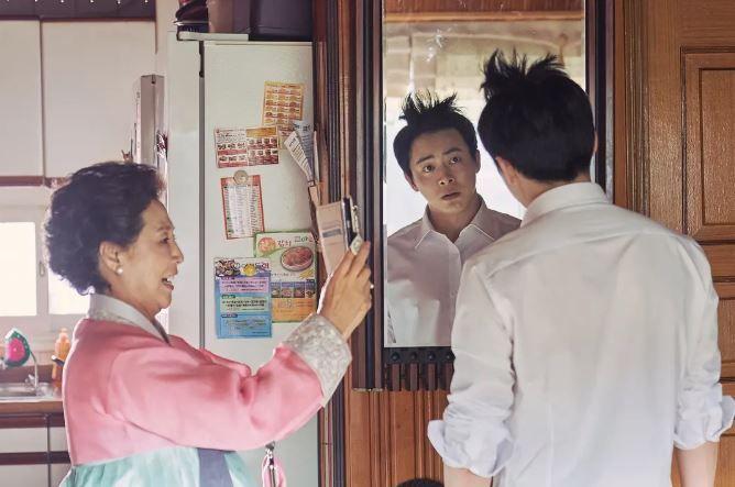 在母親的70歲壽宴當天,永南遇到了多年未見的社團學妹意珠。(圖片來源:NAVER)