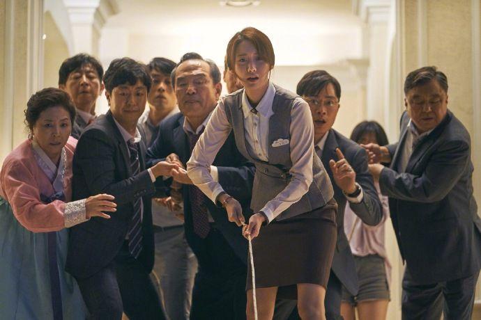 戲中林潤娥飾宴會場工作的職員「意珠」,過著艱苦的職場生活。(圖片來源:NAVER)