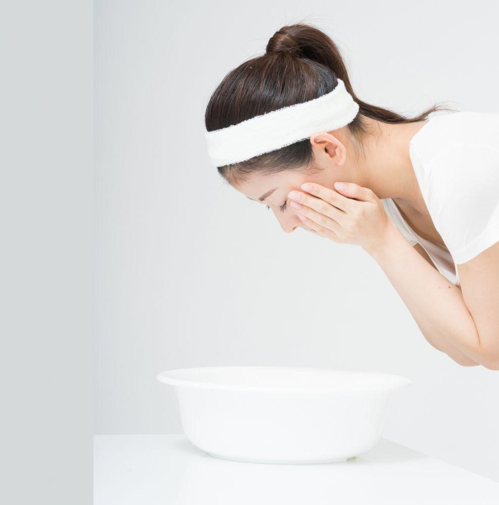 (2)用雙手將約30℃的溫水「兜起」,然後將水輕輕倒在皮膚上清洗,重覆30至50次(約2分鐘),如果臉上仍有泡泡,就再洗一下。
