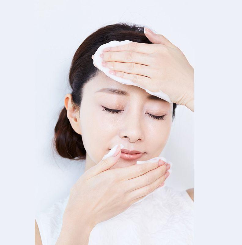 用「按壓」的方式,輕輕地反覆按壓全臉、眼周部分,像是用泡泡的壓力擠出污垢,記得切忌打圈按摩哦。