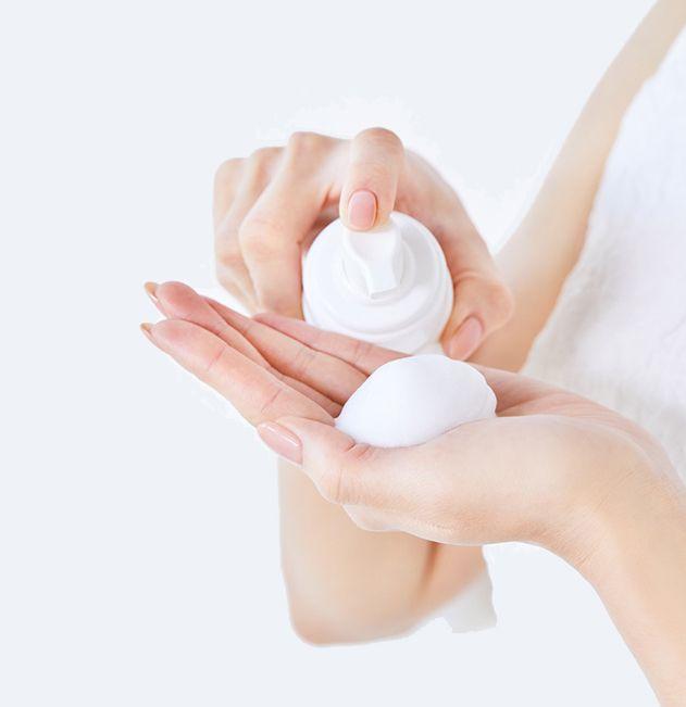 (1)按壓式清潔30秒:  為了降低皮膚刺激,她建議取選用卸妝泡泡。先取出大量泡沫(份量約為:沒化妝時泵出3-4次下,化妝當天泵6下)。