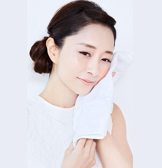 (3)就像投資精華液保養,選用洗面專用柔軟毛巾!輕拍在面上,吸走水分。