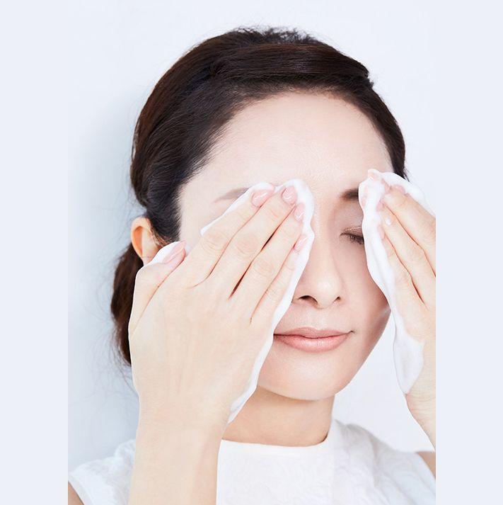 如果眼妝很濃,再添加一點泡沫,然後在眼線和睫毛膏上再按壓。
