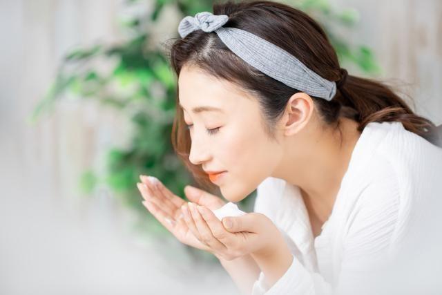如果清潔成分殘留,會破壞皮膚屏障功能並引起乾燥,因此一定要徹底沖洗。