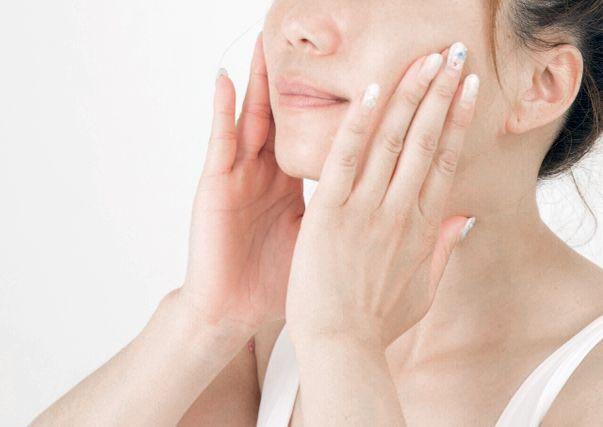 3. 將可可巴抹於鼻子,用手指/棉花棒輕輕打圈按摩數分鐘,軟化皮膚同時保濕。