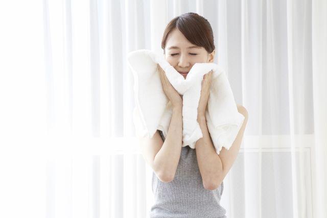 1. 卸妝及潔膚後,敷熱毛巾或是洗熱水澡,使毛孔擴張。