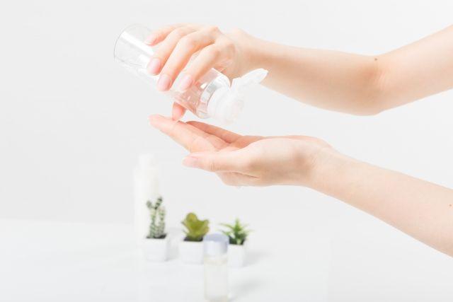 2. 取出適量的可可巴油(約4-6滴),注意使用份量太少會易摩擦皮膚,造成刺激。