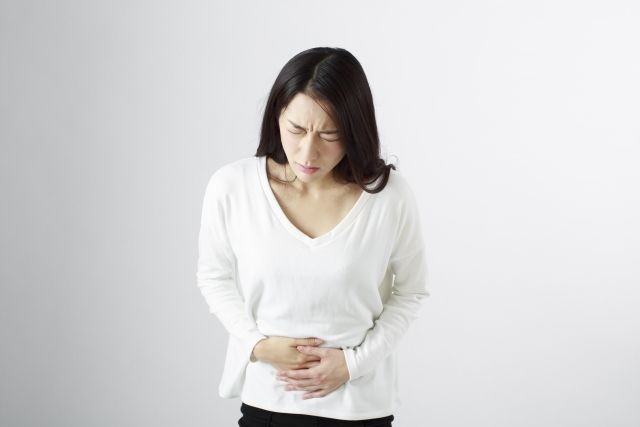 Q3. 朱古力瘤治療方法?  如果出現以上症狀,可以通過血液檢查、超聲波檢查或腹腔鏡,確認是否患有子宮內膜異位。大部份患者可以通過西藥,中藥或針灸進行治療。但仍有部份患者需要以子宮內膜異位手術清除異位的子宮內膜,此手術並不會損害患者的生育能力。然而,少部份患者有機會於術後復發。遺撼的是,現時唯一能夠完全阻斷復發的方法只有卵巢切除。不打算生育的嚴重患者可考慮此法。
