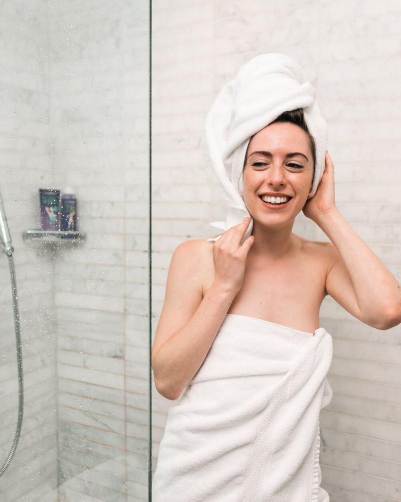 3. 溫水洗臉;其實毛孔不會因為水溫差異而收縮張開,這只是皮膚受到外來刺激後的反應。事實上,經常使用熱水、冷水洗臉只會進一步刺激皮膚,令皮膚變得容易敏感、泛紅甚至出現乾燥、緊繃狀況。