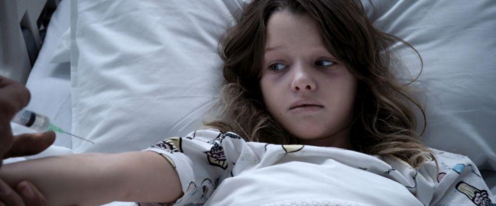 艾薇更曾於2016年初登銀幕,出演父親執導電影《生化危機:終極屍殺》,飾演孩童時期的艾莉絲·馬庫斯(成年角色正是由她母親飾演)。難怪當時就有觀眾大讚艾薇是童年版艾莉絲的「最佳人選」。