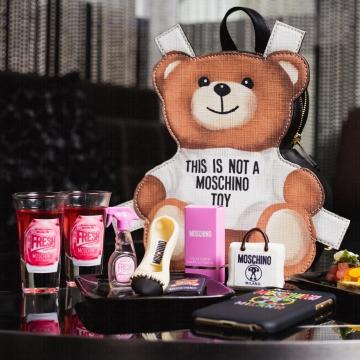 送你Mini版粉色淡香水!香港W酒店X MOSCHINO下午茶系列