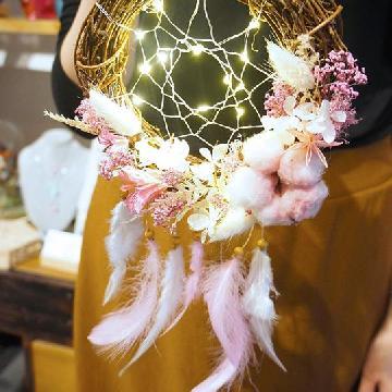 掛在床邊一定睡得特別香!本地設計保鮮花捕夢網燈飾