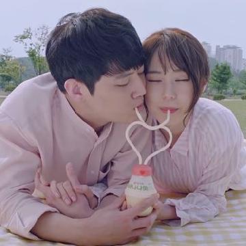 同男友一齊飲!韓國香蕉奶推出心形飲管等工具