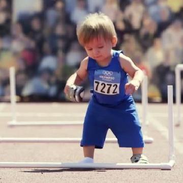 BB也有奧運會?! 各國寶寶狀況百出但靠自己站起來