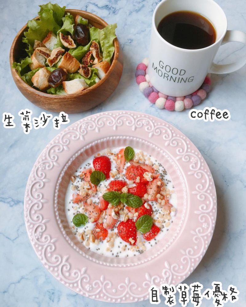 自製草莓乳酪配生菜沙拉