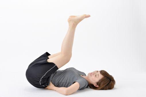 6. 睡前抬腿:上班族久坐不動,自然令身體內的水份無法流通,導致水腫問題,下半身肥腫問題嚴重!如果日常難以抽空做運動的話,亦可在睡前做抬腿的運動,緩解下半身水腫,對減小腿有幫助。