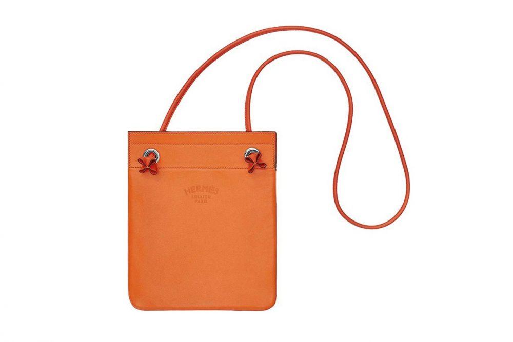 HERMÈS Aline mini bag  2014年才推出的HERMÈS Aline Bag,是不少明星私服穿搭出鏡率極高的愛用品。袋身刻有「HERMÈS SELLER PARIS」字樣,設計休閒簡單,除了全皮材質,亦有推出帆布款式,價格更親民。 美國官網 US1,875