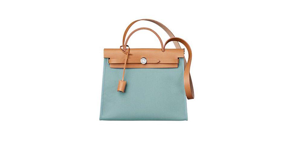 HERMÈS Herbag Zip PM Bag 以HERMÈS Kelly Bag 作為藍本,HERMÈS Herbag只需2萬多元就可入手,可說是品牌中最親民實用的入門袋款。