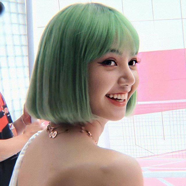 此外,早前有韓媒就曾報導過,韓國女偶像為新歌宣傳經常要變換髮色,不少女星經常要靠假髮片維持「假長髮」。
