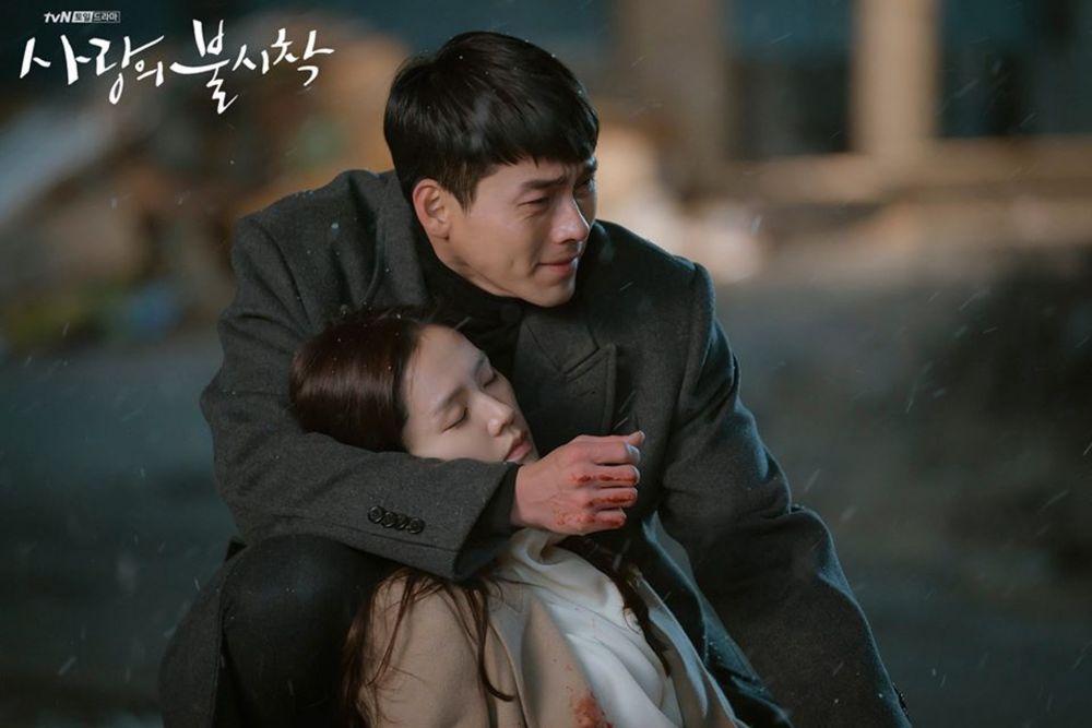 劇集自開播前至今仍話題不斷,講述韓國財閥繼承人尹世莉因為暴風而發生滑翔傘事故被迫在北韓降落,與北韓軍官利正赫發生跨越國界的浪漫愛情故事。該劇收視突破21%,擊敗坐穩4年收視一位的《鬼怪》,成為tvN史上收視冠軍。