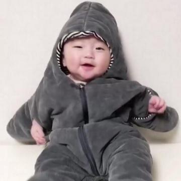 穿起海星睡袋!韓國超CUTE寶寶出力翻身