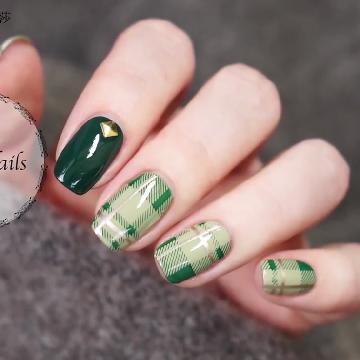 氣質墨綠色!壓花格紋指甲彩繪